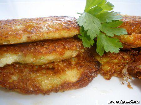 1 середній кабачок 100гр твердого сиру 2 яйця 0.5ст муки сіль,перець,зелень Кабачок потерти на терці і відцідити...
